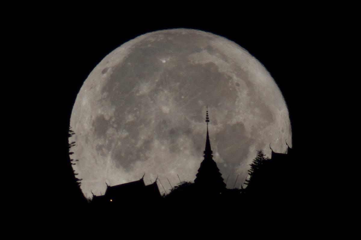 ภาพถ่าย Moon Illusion โดยการถ่ายดวงจันทร์เปรียบเทียบกับวัดพระธาตุดอยสุเทพ  (ภาพโดย : ศุภฤกษ์ คฤหานนท์ / Camera : Canon 7D / Lens : Astrotech 5 Inch / Focal length : 1,200 mm. / Aperture : f/8 / ISO : 800 / Exposure : 1/800s)