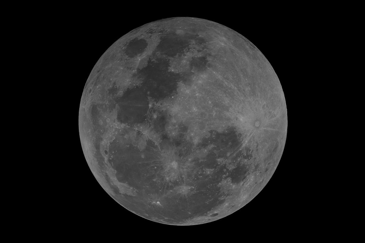 ภาพถ่ายดวงจันทร์เต็มดวงในช่วงหลังเกิดปรากฏการณ์จันทรุปราคา (ภาพโดย : ศุภฤกษ์  คฤหานนท์ / Camera : Canon1DX / Lens : Takahashi TOA 150 + Extender 1.5X / Focal length : 1650 mm. / Aperture : f/11 / ISO :  250 / Exposure : 1/640 sec)