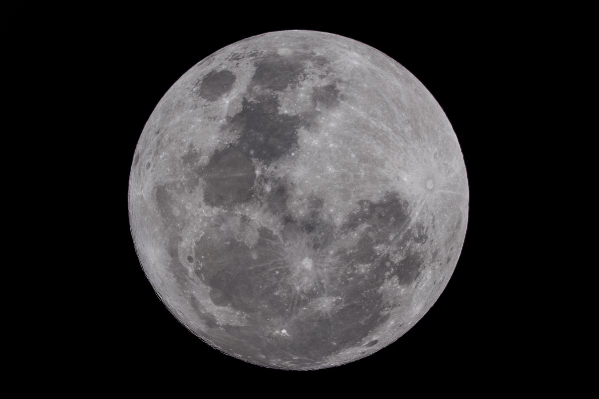 ภาพถ่ายดวงจันทร์เต็มดวง ในช่วงเวลาเที่ยงคืน โดยตำแหน่งของดวงจันทร์อยู่บริเวณกลางท้องฟ้า (ภาพโดย : ศุภฤกษ์  คฤหานนท์ / Camera : Canon 5D Mark ll / Lens : Takahashi TOA 150 + Extender 1.5X / Focal length : 1650 mm. / Aperture : f/11 / ISO : 100 / Exposure : 1/200 sec)