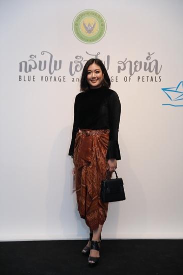 ชนินธิดา จันทรุเบกษา  นำผ้าไทยมาตัดเป็นกางเกงหรือกระโปรงใส่แมตช์กับเสื้อปกติ สวยด้วยลวดลายการทอที่แปลกตา