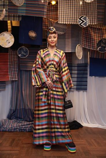 อมตา จิตตะเสนีย์  นำผ้าไทยลายตารางมาตัดเย็บเพื่อให้การแต่งตัวดูสนุกขึ้น แมตช์กับเครื่องประดับที่ดีไซน์มีความทันสมัยหรือกำลังอินเทรนด์