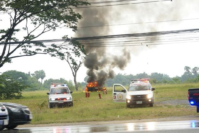 ไฟไหม้เก๋งกลางเมืองนครปฐมระทึก! ตร.งงเจอถังแก๊สหุงต้มในรถ