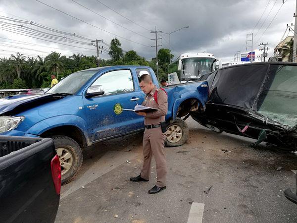ปลัดอำเภอ ซิ่งเก๋ง เบรคไม่อยู่ ชนรถติดไฟแดง ที่กระบี่ เสียหายระนาว 4 คันรวด