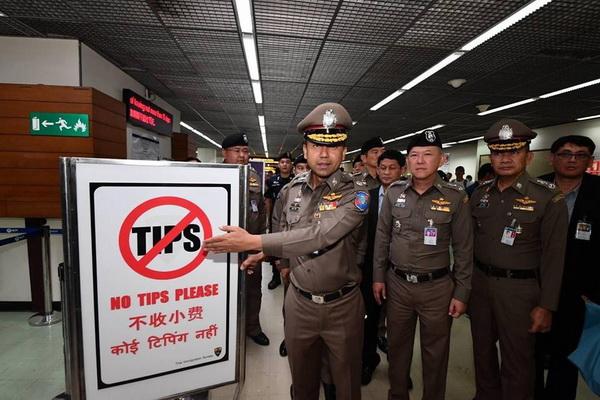 """สตม.ลุยตรวจสนามบินดอนเมืองติดป้าย """"โนทิป"""" ยันไม่มีการเรียกรับเงินค่าธรรมเนียม  ทำวีซ่านทท."""