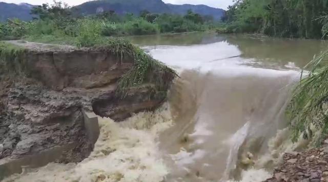 ฝนกระหน่ำเพชรบุรี ทำสองอำเภอ อ.ท่ายาง -แก่งกระจานถนนขาด,  น้ำท่วม