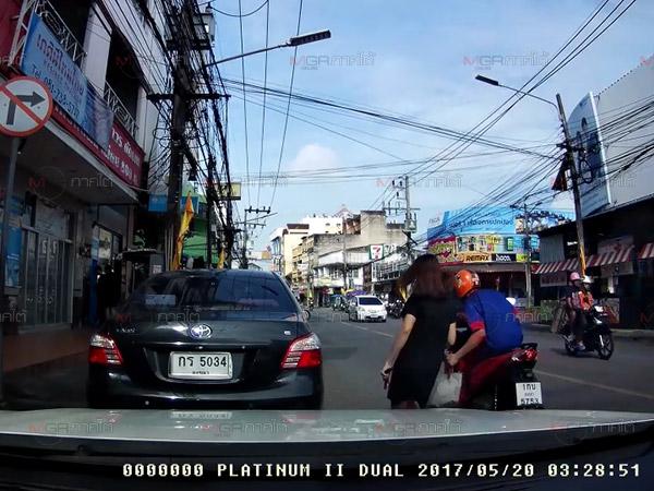 กล้องติดรถจับภาพโจรกระชากกระเป๋าก่อนหนีไป สุดท้ายไม่รอดถูกตามจับในที่สุด