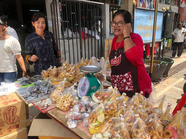 ชาวไทยพุทธเบตงออกจับจ่ายซื้อขนมเดือนสิบเตรียมใช้ทำบุญในวันสารทเดือนสิบ ครั้งที่ 2
