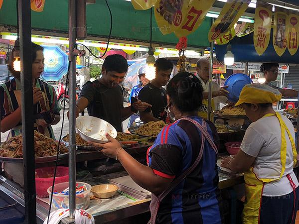 คึกคัก! ชายไทยแห่ซื้ออาหารเจมื้อแรกเนื่องแน่นที่ถนนสายเจเมืองหาดใหญ่