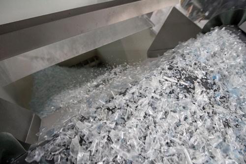 ขวดพลาสติก PET ที่ถูกบดจนเป็นเกล็ด ก่อนเข้ากระบวนการหลอมด้วยความร้อนสูง เพื่อให้ได้เม็ดพลาสติกรีไซเคิลคุณภาพสูงสุด