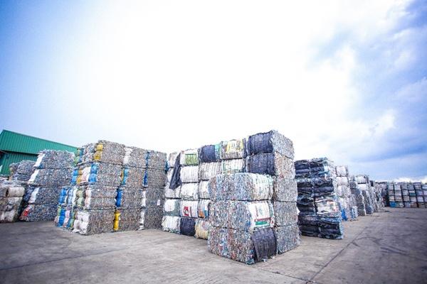 ขวดพลาสติก PET ที่จะถูกนำไปผ่านกระบวนการรีไซเคิล และผลิตเป็นเม็ดพลาสติก rPET เพื่อนำไปใช้ประโยชน์ได้ต่อไป