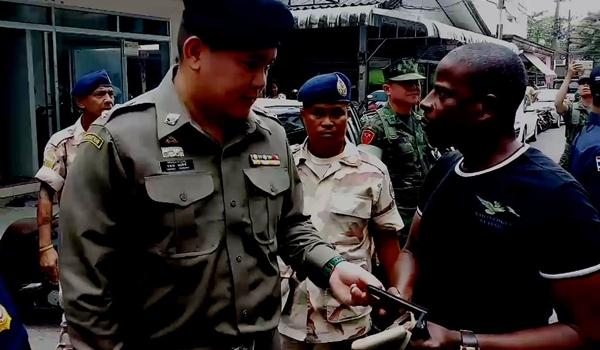 ตม.จันทบุรี สนธิกำลังหลายฝ่ายตรวจค้นชาวผิวสีในพื้นที่ ป้องกันการทำผิดกม.