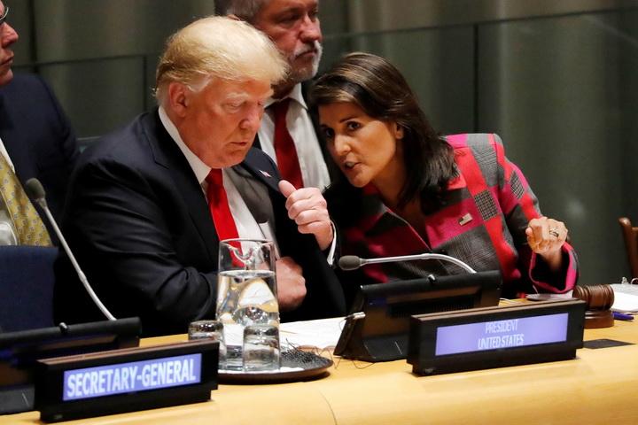 (แฟ้มภาพ) ภาพเมื่อครั้งที่ประธานาธิบดีโดนัลด์ ทรัมป์แห่งสหรัฐฯ(ซ้าย) นั่งเคียงข้างหารือกับ  นิกกี เฮลีย์ เอกอัครราชทูตสหรัฐฯประจำสหประชาชาติ ระหว่างร่วมประชุมสมัชชาใหญ่สหประชาชาติครั้งที่ 73 ในนิวยอร์ก เมื่อวันที่ 24 กันยายนที่ผ่านมา