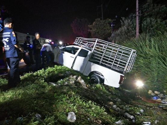 รถกระบะเสียหลักชนศาลาพักผู้โดยสารตาย 1 เจ็บ 9 คนขับหลบหนี