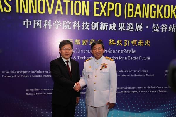นาย หลี่ว์ เจี้ยน เอกอัครราชทูตจีนประจำประเทศไทย (ซ้าย) จับมือกับ รศ.นพ.สรนิต ศิลธรรม ปลัดกระทรวงวิทยาศาสตร์และเทคโนโลยี ขณะมาให้สัมภาษณ์สื่อมวลชนจีน-ไทย ในวันเปิดนิทรรศการ CAS Innovation EXPO (Bangkok) 2018 ณ ศูนย์การประชุมแห่งชาติสิริกิติ์ เมื่อวันที่ 10 ต.ค. 2018