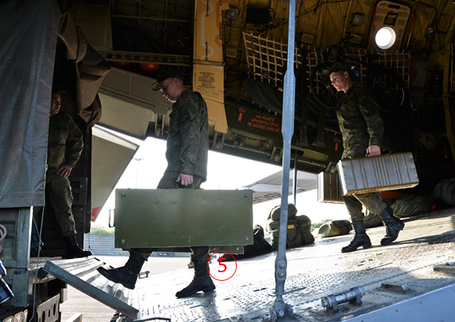 ทหารรัสเซียได้รับการต้อนรับจากฝ่ายลาว เข้าใจว่าจะเป็นเหตุการณ์เมื่อเดินทางถึงนครเวียงจันทน์ กระทรวงกลาโหมรัสเซีย ไม่ได้ระบุวันที่ถ่าย.