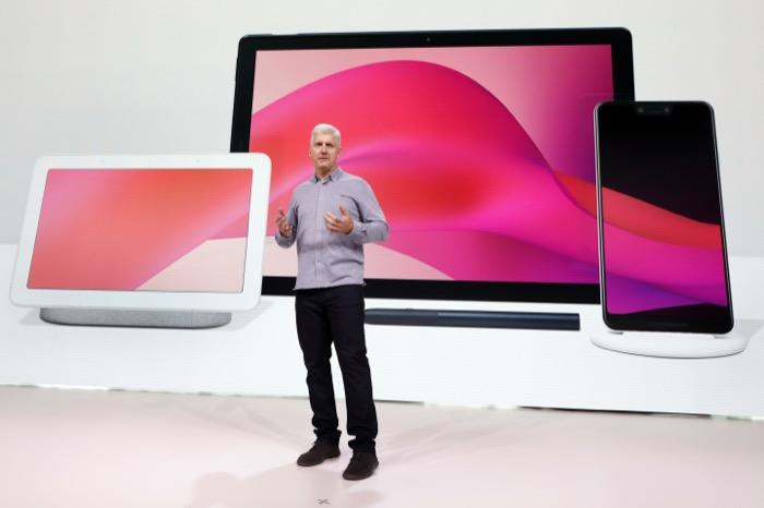 ริค ออสเตอร์โลห์ (Rick Osterloh) รองประธานอาวุโสฝ่ายฮาร์ดแวร์ของ Google บนเวทีเปิดตัวกองทัพสินค้าฮาร์ดแวร์ล่าสุดของบริษัท