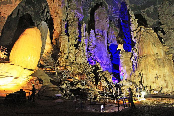 ถ้ำภูผาเพชร ถ้ำขนาดใหญ่ที่มีหินงอกหินย้อยสวยงามเป็นอันดับต้น ๆ ของเมืองไทย