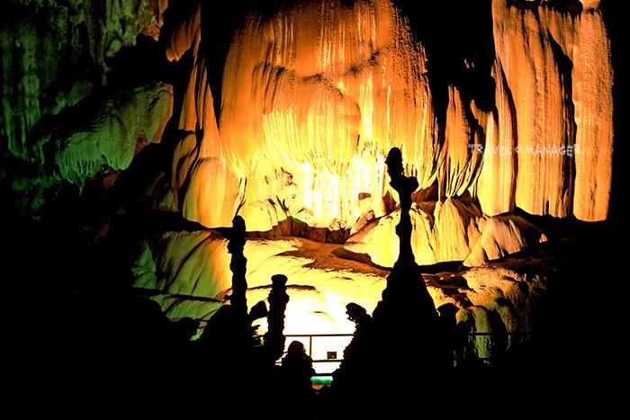 ในถ้ำภูผาเพชรจะมีประติมากรรมธรรมชาติหินงอกหินย้อยให้ชมกันตลอดในแทบทุกตารางเมตร