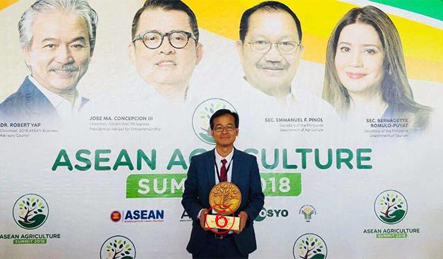 ต้นเดือนนี้ผู้ส่งออกรายหนึ่ง ไปคว้ารางวัลยอดเยี่ยมระดับอาเซียนจากฟิลิปปินส์ ด้วยผลงานช่วยลดความยากจนของชาวนาหลายจังหวัด โดยวิธีเกษตรพันธสัญญา.