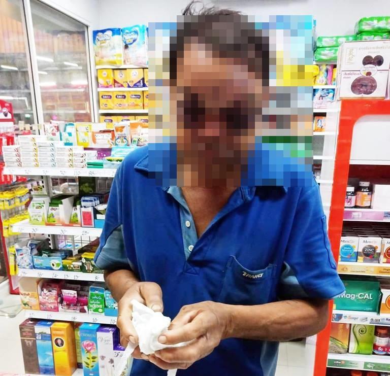 ชาวเน็ตชื่นชม! สาวน้ำใจงามให้ยาฟรีแก่ชายสูงอายุ หลังประสบเหตุชนแล้วหนี