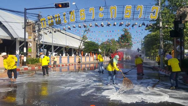 """จิตอาสาบุรีรัมย์ 2,000 คน ทำความสะอาดถนนเซราะกราว-คลองโบราณถวาย""""พ่อหลวง ร.๙"""""""