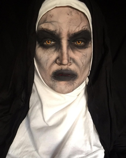2. White Nun ถ้าพูดถึงผีแม่ชี ชื่อของแม่ชีวาลัคในภาพยนตร์ The Nun ก็โผล่มาด้วยภาพลักษณ์หน้าขาว ปากดำ ขอบตาดำแบบสโมกกีอาย และต้องมีรอยพับย่นของผิวพร้อมเส้นเลือดสีดำ IG @natzbuzz