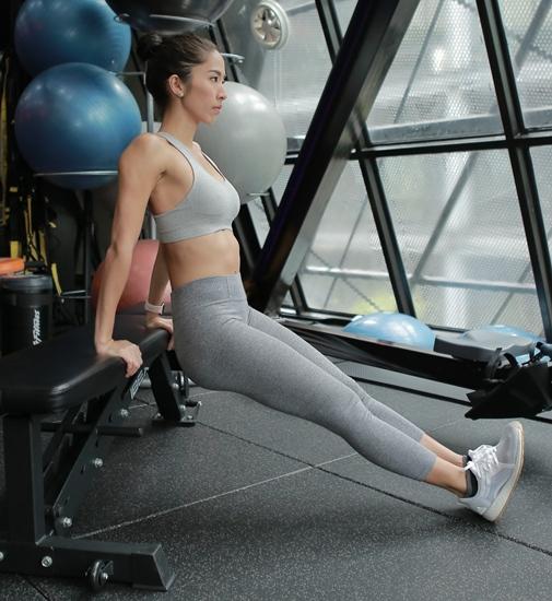5. ท่าไทรเซบ ดิฟ คือท่าที่เน้นกล้ามเนื้อแขนด้านหลัง วางมือบนเก้าอี้ เตียงหรือฐานให้มั่นคง วางเท้ากับพื้น ตามองตรง เลื่อนตัวมาด้านหน้าเล็กน้อย เกร็งแขนไว้ให้ก้นลอยอยู่ ย่อตัวลงต่ำพร้อมล็อกหลังให้ตรง ย่อตัวลงมาจนข้อศอกทำมุม 90 องศา แล้วออกแรงดันตัวกลับสู่ตำแหน่งเดิม พยายามให้ข้อศอกแนบอยู่ข้างลำตัว ทำประมาณ 10-20 ครั้ง