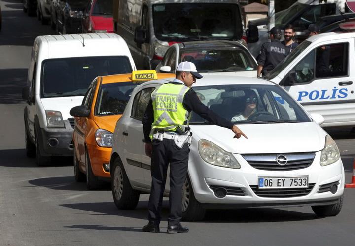 เจ้าหน้าที่ตรวจรถยนต์ที่แล่นสัญจรผ่านไปมาใกล้สถานทูตอิหร่านรปะจำกรุงอังการา ท่ามกลางข่าวลือว่าสถานทูตแห่งนี้ถูกขู่วางระเบิด