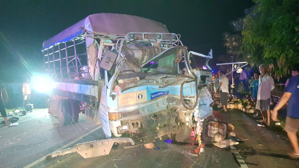 ใหญ่ปะทะยักษ์! รถหกล้อบรรทุกพระ-ญาติโยมเมืองช้างพุ่งชนพ่วง 18 ล้อ  ดับ 2 ศพ เจ็บ 9