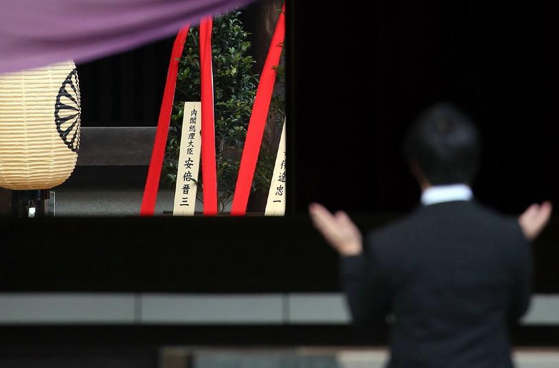 ต้นไม้ศักดิ์สิทธิ์ 'มาซาคากิ' ซึ่งมีแผ่นไม้ที่เขียนชื่อนายกรัฐมนตรี ชินโซ อาเบะ แห่งญี่ปุ่น ถูกส่งไปเป็นเครื่องสักการะศาลเจ้ายาสุกุนิที่กรุงโตเกียวในวันนี้ (17 ต.ค.)