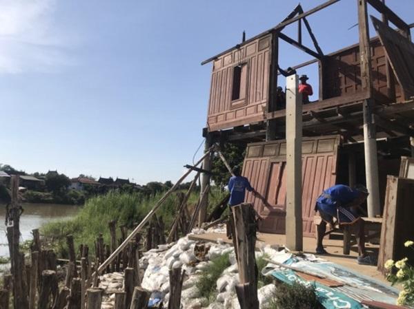 ชาวบ้านผวา ! ตลิ่งเจ้าพระยาทรุดตัว เร่งรื้อบ้านทรงไทยอายุกว่า100 ปี ก่อนเสียหาย