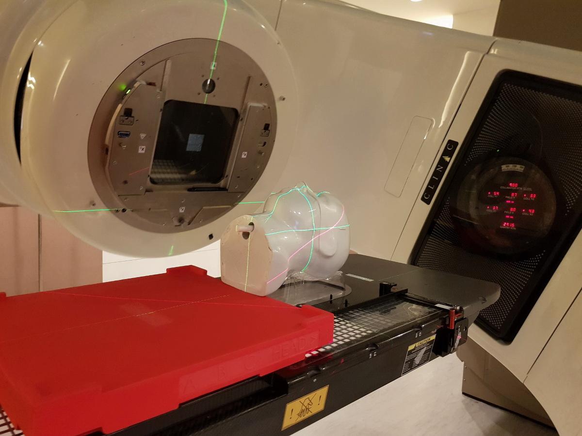 ใช้หุ่นทดสอบค่าปริมาณรังสีกับเครื่องเร่งอนุภาค ( LINAC) หรือเครื่องฉายแสง
