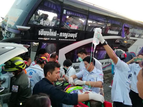 หวิดดับยกคัน  ! คนขับรถทัวร์สายกาญจนบุรี-เชียงใหม่หลับในพุ่งเสยเกาะกลางผู้โดยสารเจ็บระนาว