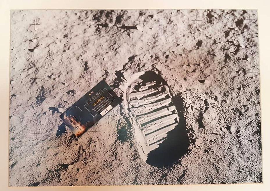 รอยเท้า นีล อาร์มสตรอง มนุษย์คนแรกบนดวงจันทร์ และตั๋วภาพยนตร์ First Man รอบพิเศษ (Credit: Korakamon Sriboonrueang)