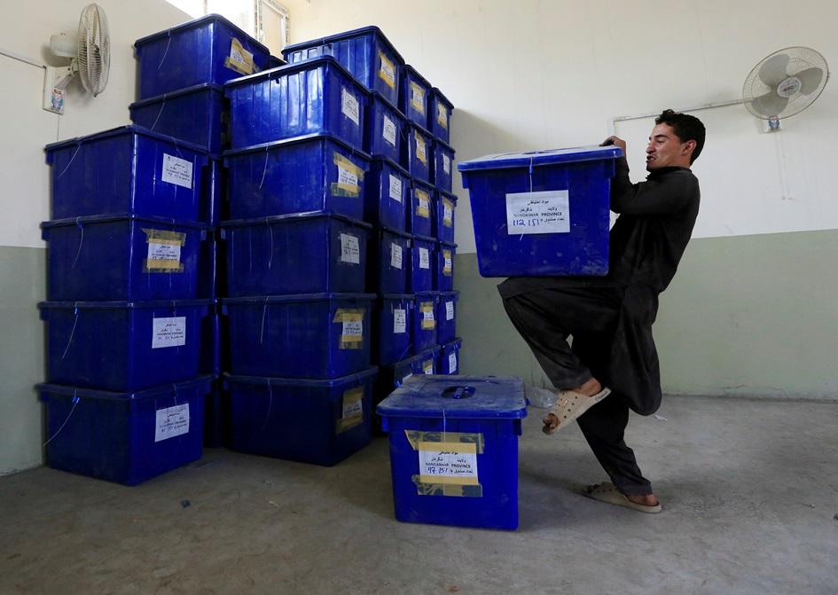 เจ้าหน้ากกต.อัฟกานิสถานกำลังขนกล่องบรรจุบัตรลงคะแนนและอุปกรณ์การเลือกตั้งภายในโกดังแห่งหนึ่งในเมืองจาลาลาบัด( Jalalabad ) เพื่อเตรียมพร้อมสำหรับการแจกจ่ายไปยังคูหาเลือกตั้ง ภาพประจำวันศุกร์(19) รอยเตอร์