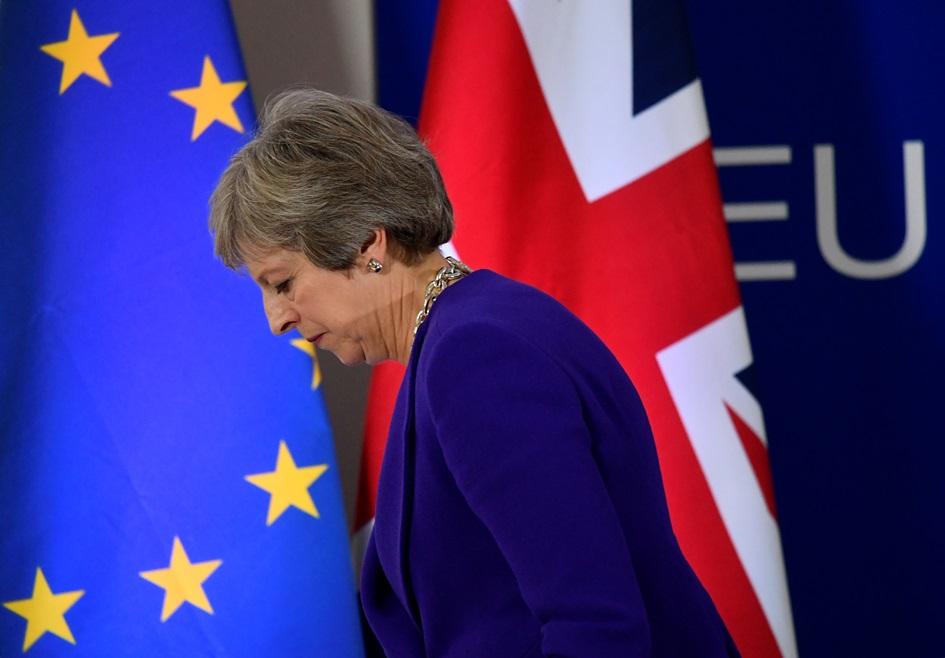 นายกรัฐมนตรีอังกฤษ เทเรซา เมย์ แสดงความรู้สึกผ่านสีหน้าระหว่างเดินออกจากงานแถลงข่าวที่การประชุมซัมมิตผู้นำสหภาพยุโรป กรุงบรัสเซลส์ เบลเยียม ภาพประจำวันพฤหัสบดี(18) รอยเตอร์