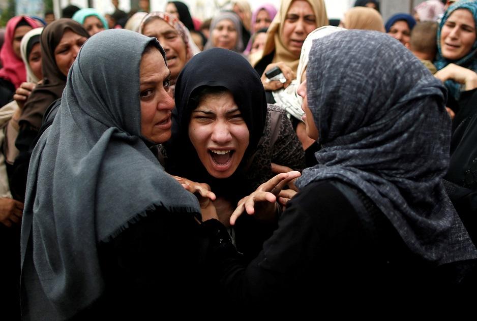ญาติของผู้เสียชีวิตของมือปืนชาวปาเลสไตน์ซึ่งได้เสียชีวิตระหว่างการโจมตีอากาศของอิสราเอล  นาจิ อัล-ซานีน(Naji al-Zaneen) ร่ำไห้ออกมากลางพิธีศพที่ถูกจัดขึ้นทางตอนเหนือของฉนวนกาซา  ภาพประจำวันพุธ(17) รอยเตอร์