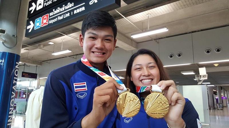 """""""อาฒยา-วันชัย"""" เจ้าของเหรียญทองยูธโอลิมปิก กลับถึงไทย"""