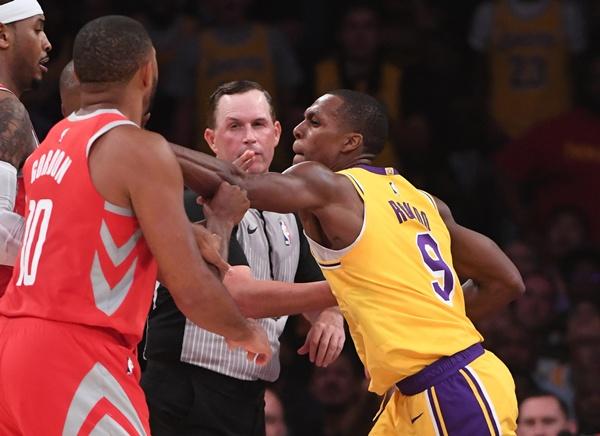 """NBA แบนผู้เล่น """"จรวด-เลเกอร์ส"""" เหตุสาวกันในสนาม"""