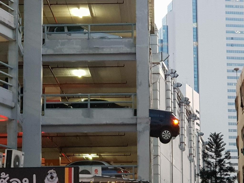 ภาพสุดหวาดเสียว! ท้ายรถเก๋งห้อยถึงครึ่งคัน บนจอดรถ The Street รัชดา หวั่นเกิดอันตราย