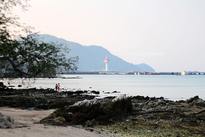 มองเห็นประภาคารบนเกาะสีชัง