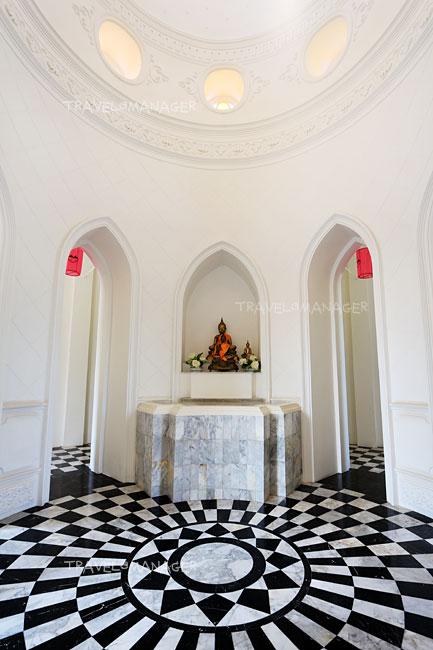 พระพุทธรูปที่ประดิษฐานภายในพระอุโบสถ