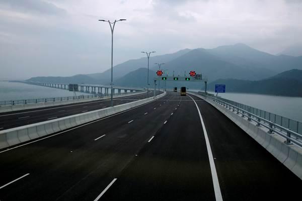 สะพานเชื่อมฮ่องกง-จูไห่-มาเก๊า ก่อนวันพิธีเปิดฯเมื่อวันที่ 19 ต.ค. 2018 (ภาพ รอยเตอร์ส)