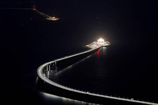 วิวราตรีบริเวณสะพานเชื่อมฮ่องกง-จูไห่-มาเก๊า และทางเข้าลอดอุโมงค์ใต้ทะเลเมื่อวันที่ 21 ต.ค. 2018 (ภาพ รอยเตอร์ส)