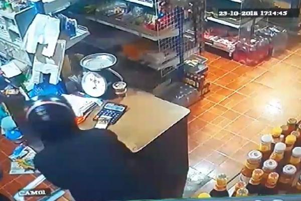 เหิมหนัก! 2 คนร้ายควงอาวุธปลายแหลม บุกจี้ชิงทรัพย์ร้านขายของชำ กวาดเงินสด-สร้อยคอทองคำ