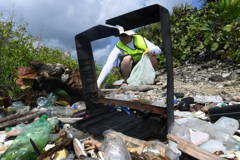 อาสาสมัครเก็บขยะริมหาดที่ฮอนดูลัส (ORLANDO SIERRA / AFP)