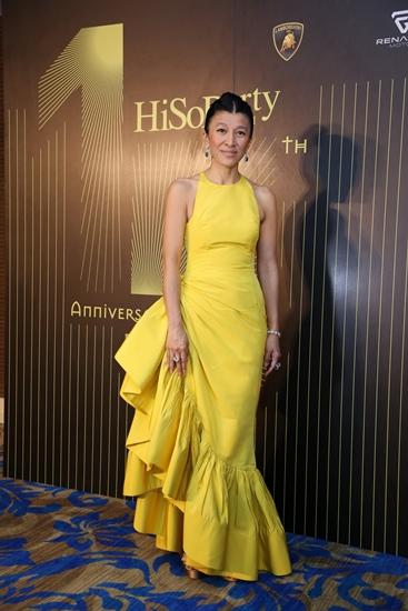 อินทิรา ธนวิสุทธิ์  ราตรีอลังการในชุดสีเหลืองทอง ตกแต่งระบายที่ชายกระโปรงดูเป็นสไตล์ละติน