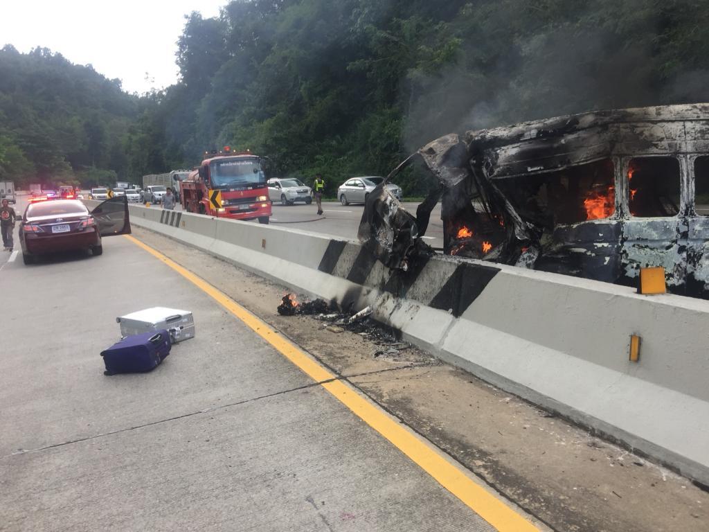 ไฟไหม้รถตู้กลางดอยขุนตาน ผู้โดยสาร 10 ชีวิตหนีตายระทึก เจ็บ 1