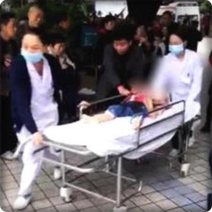 "In Clip: ด่วน!!เกิดเหตุใช้มีดไล่แทง ""เด็กอนุบาลฉงชิ่ง"" อย่างน้อย 14 รายบาดเจ็บ คนร้ายถูกตำรวจรวบตัวในที่เกิดเหตุ"