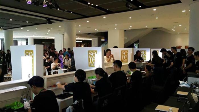 ทีมงานจัดเต็มของ AIS ที่เตรียมบริการลูกค้าผู้ซื้อไอโฟนใหม่เมื่อ 26 ตุลาคมที่ผ่านมา